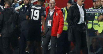 Mourinho đứng ngồi không yên vì chấn thương đầu gối của Rashford