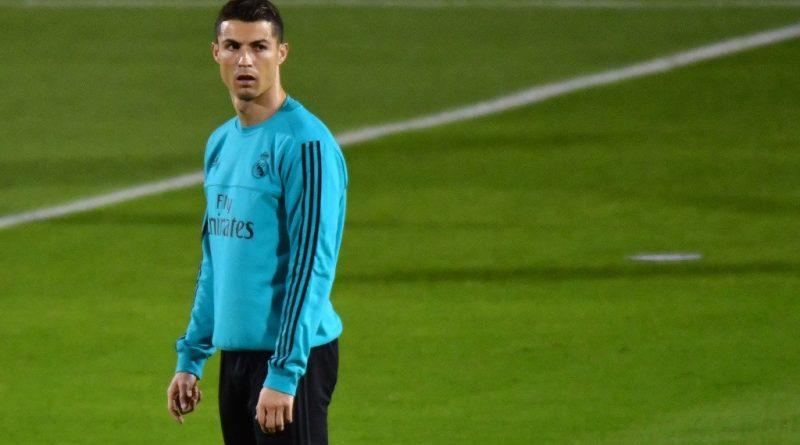 Người cũ của sân Nou Camp bất ngờ bảo vệ Cristiano Ronaldo