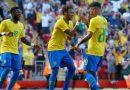 Fred ăn mừng chiến thắng trước Croatia với Neymar và Firmino
