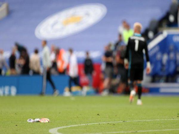 Schmeichel vứt găng sau sai lầm giúp Lingard ghi bàn