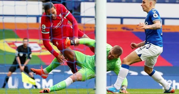Trọng tài hối hận trong tình huống Pickford đã 'chơi xấu' Van Dijk